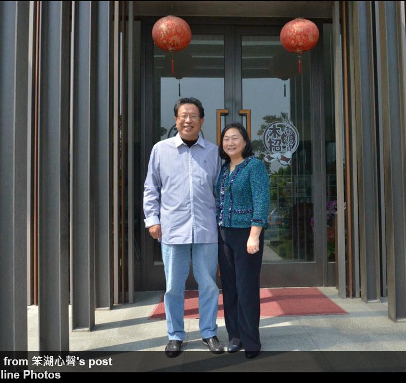 汪笨湖與 Jenny Tsai於「笨湖菜市」公司前