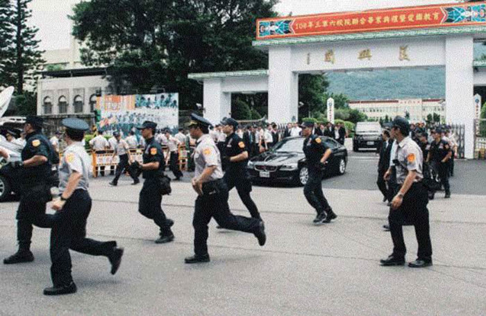 百警小跑步送小英離開復興崗 網譏落跑總統